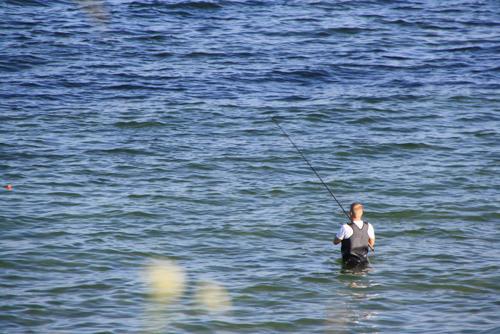 Angler in der Ostsee angelnd