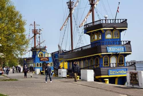 Piratenschiff im Hafen von Dziwnow