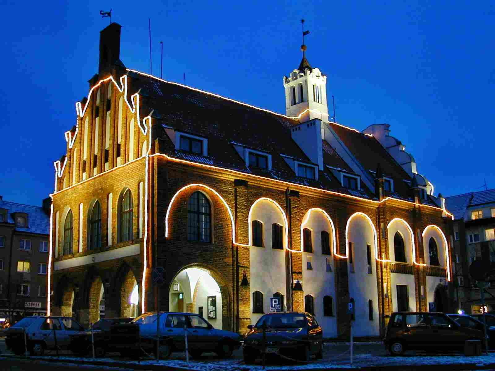 Rathaus Kamien Pomorski bei Nacht