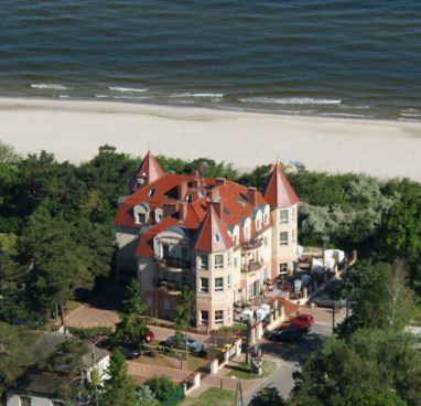 Luftaufnahme der Villa del Mar am Ostseestrand