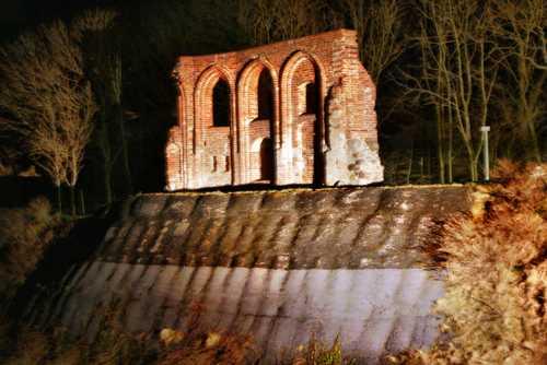 Kirchenruine Trczensac bei Dunkelheit